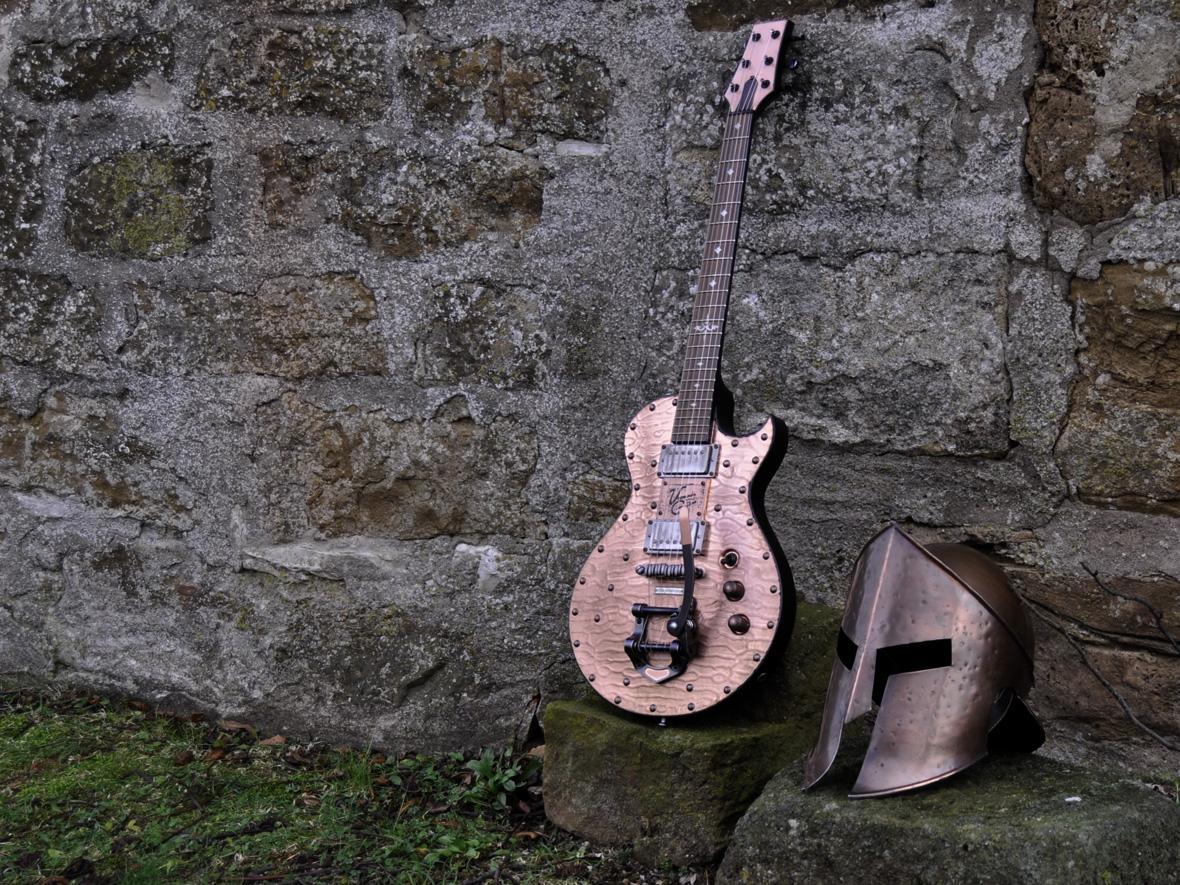 Veranda Copperhead Road mit antikem Kupferhelm auf einer Steinbank auf Schloß Spielberg