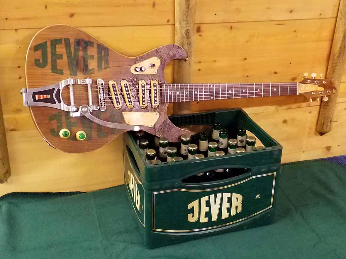 Veranda-Guitars Jever Biergitarre in Mosrite Form