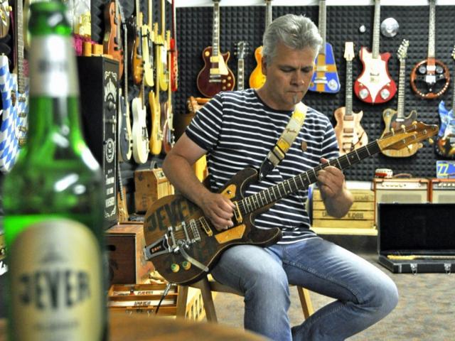 Robert Walch mit der Jever Pils Gitarre in der Veranda-Guitar-Gallery