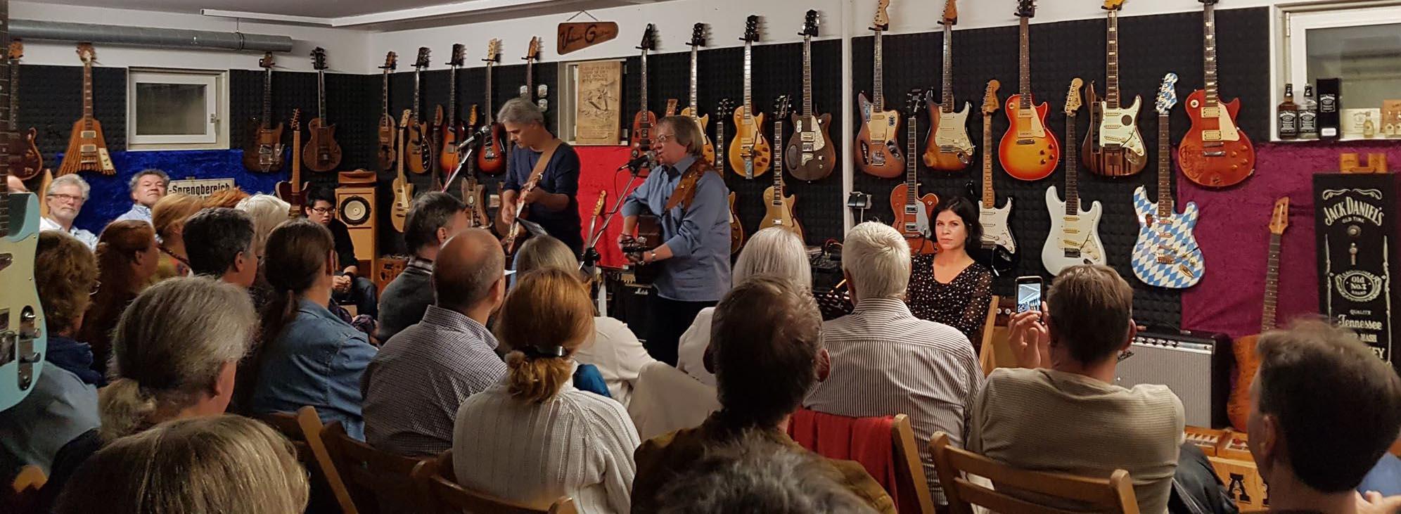 Lesung mit Kristy Husz in der Veranda-Guitar-Gallery